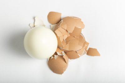 殻をむいたゆで卵